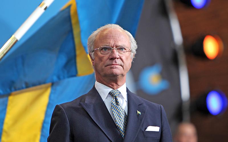 Roi de Suède avec drapeaux